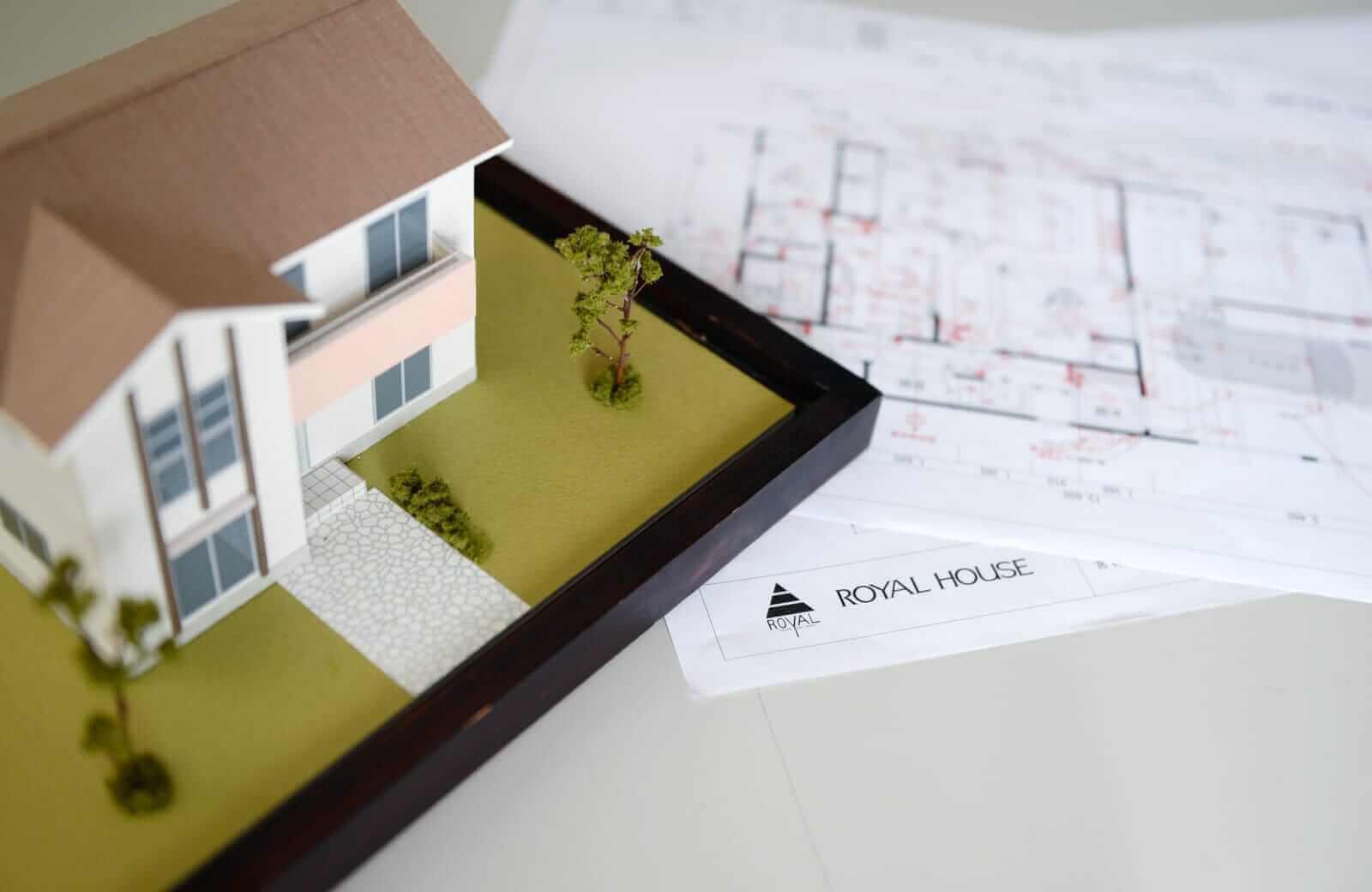 家の模型と資料の画像
