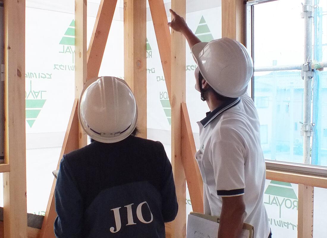作業員が建物の検査をしている画像